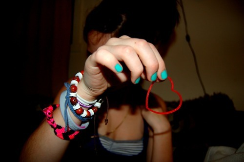 black, bracelet, brown, brunette, deve ser brasileira, girl, heart, nails, pink, pretty, pulseirinha restart, red, stripes, tanya, turquoise, white