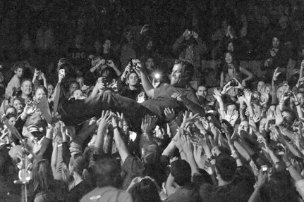 concert, crowd surf, jack johnson