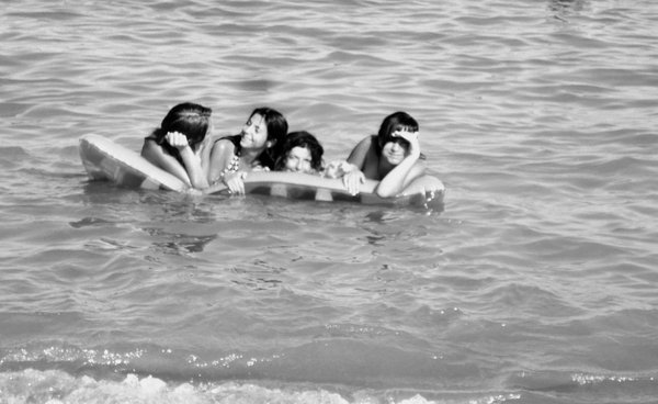 amigas, beach, black and white, blanco y negro, espana, friends, girls, malaga, mar, mediterraneo, playa, sea, spain, summer, sun, verano