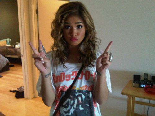 blonde, brown, duck face, fashion, girl, nicole anderson, peace, style, t-shirt, tattoo