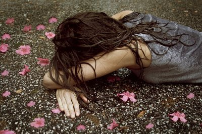 flowers-girl-rain-sad-Favim.com-186746.j