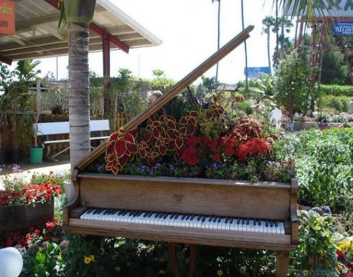 Recycled Crafts, Recycled Piano Decor Ideas, Repurposed Decor Ideas and Reuse Piano Decorating