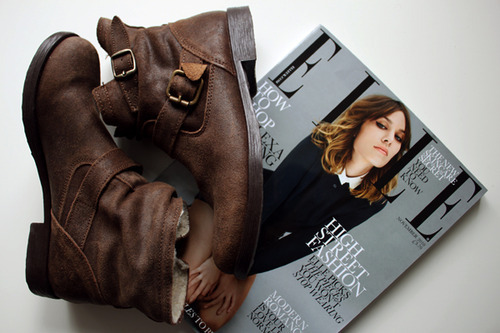 alex chung, alexa chung, beautiful, boots, brown, elle, fashion, leather, magazine, reading, style, style icon, trendy, vintage
