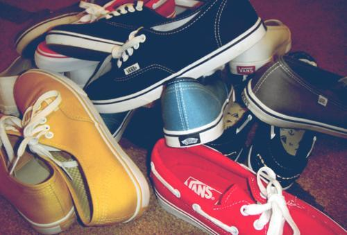 amarelo, azul bebe, azul escuro, baby blue, black, branco, dark blue, floor, preto, red, shoes yellow, tenis, vans, white, yellow