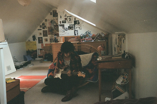 boy-guitar-room-Favim.com-210365.jpg (500×332)