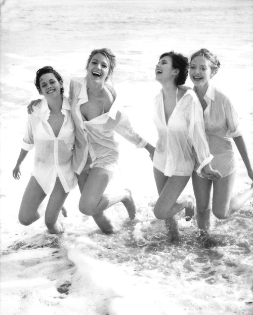amanda seyfried, black and white, blake lively, emma roberts, kristen stewart