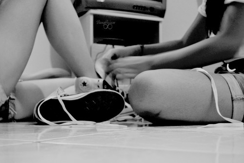 all star, allstar, amigas, anneh bardini, black and white, cute, dany, danypoisonn, fashion, foot, fotolog, friends, girls, home, legs, love, nikon, photo, white