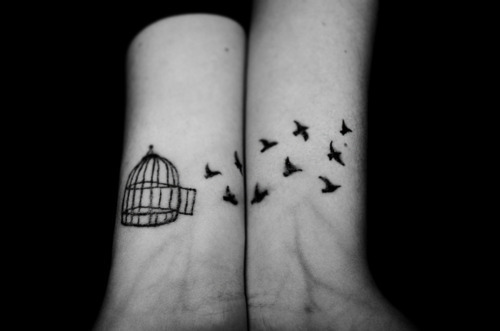 arms, bird, bird cage, birds, black, black and white, cage, fly, gaiola, girl, hand, liberdade, passaro, photography, separate with comma, tatoo, tattoo