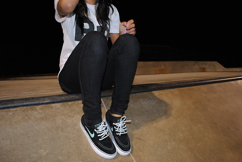 brunette, cool, girl, nike, shoes, skinny jeans, sneakers, style