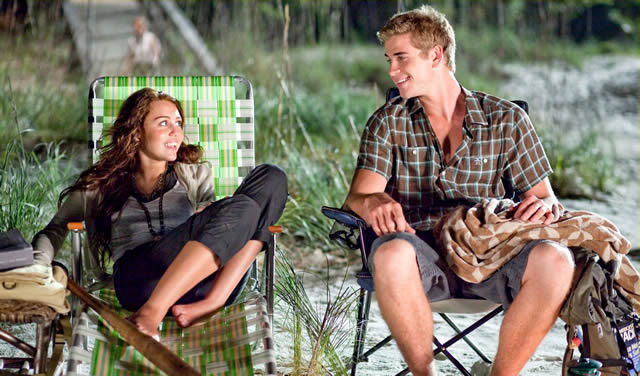 beach, couple, cute, liam, liam hemsworth