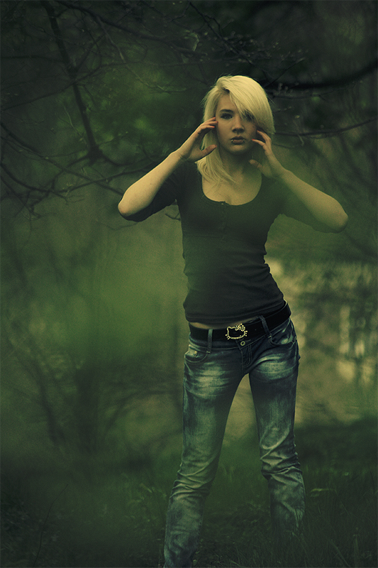 angiua26, blonde, bokeh, dark, girl, green, hello kity, ngee, scare, women